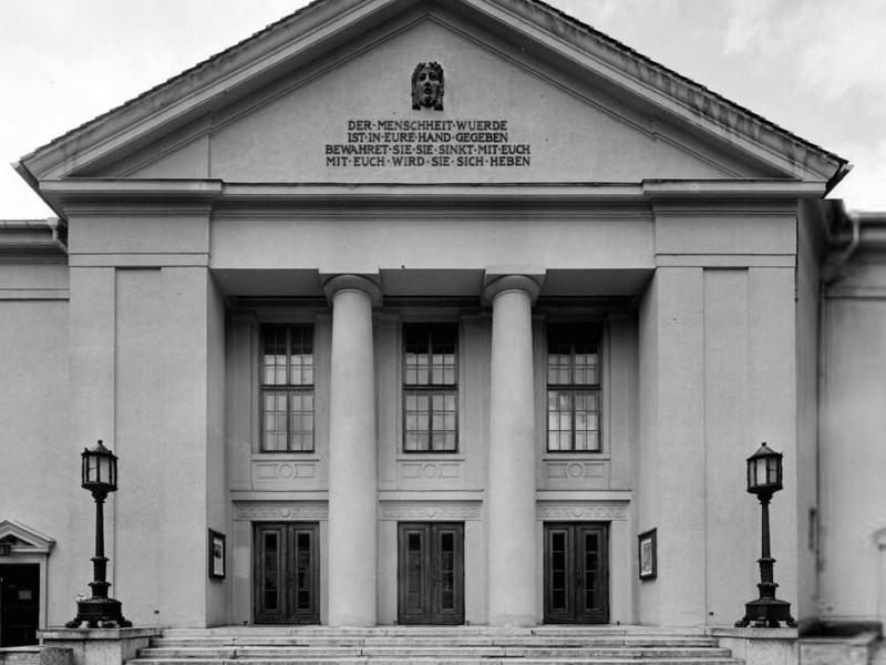 Theater Neustrelitz denkmalgerechte Sanierung der Fassade milatz.schmidt architekten